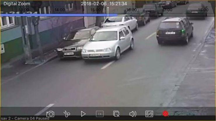 A lovit oglinda unei mașini și s-a făcut nevăzut. Proprietarul păgubit îl caută (foto)