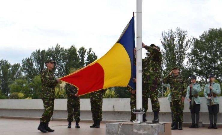 Drapelul național, coborât și predat reprezentanților bisericii ortodoxe, pentru sfințire