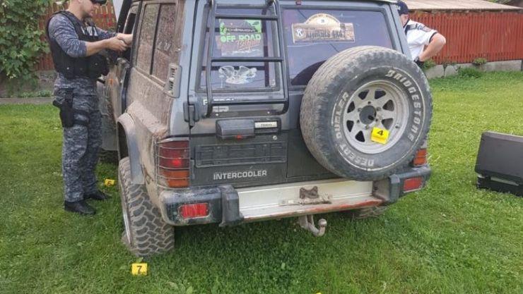 Urmărire cu focuri de armă în Maramureș. Un bărbat, cu trei copii în mașină, prins de polițiști. O fetiță a fost rănită
