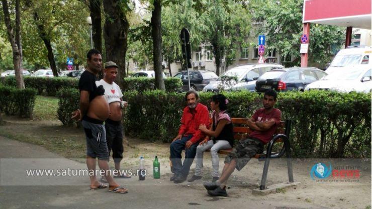 În parcul din fața spitalului, copiii se joacă printre oamenii străzii. Părinții sunt revoltați: Poliția locală nu face nimic!