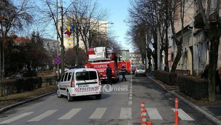 Cade tencuiala de pe imobilele din Satu Mare. Pompierii au intervenit (FOTO)