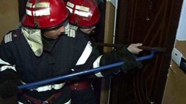 Persoană blocată într-un apartament. Intervin pompierii