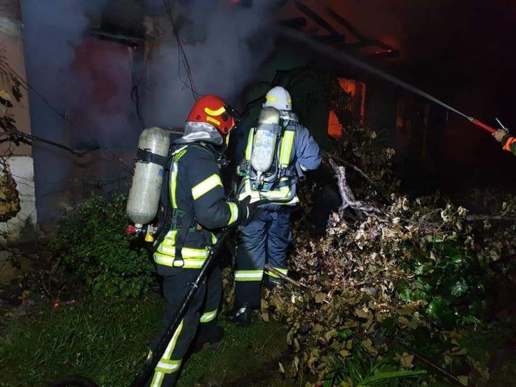 O țigară aruncată la întâmplare a pus pompierii pe jar. O casă s-a făcut scrum
