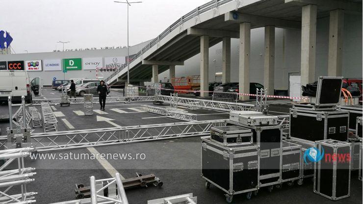 În parcarea mall-ului Shopping City Satu Mare au început pregătirile pentru concertele din weekend. Lidia Buble și SMILEY, în concert la Satu Mare