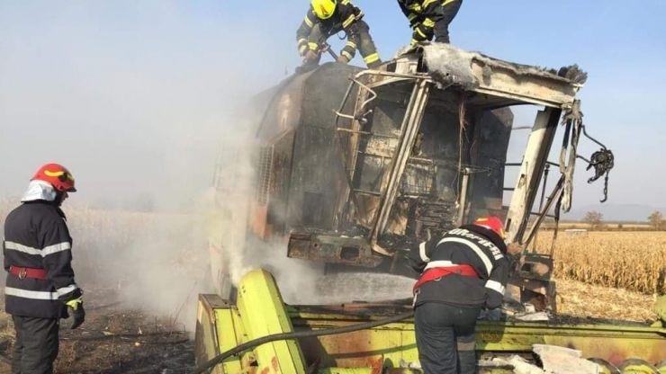 FOTO | Incendiu la combină aflată în funcțiune pe un teren din apropierea orașului Livada