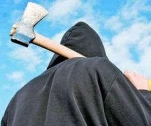 Tinerii care au amenințat cu toporul o familie, arestați