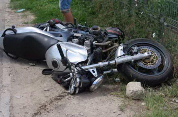 S-a aventurat pe drum cu un motociclu, fără să dețină permis, și a ajuns la spital