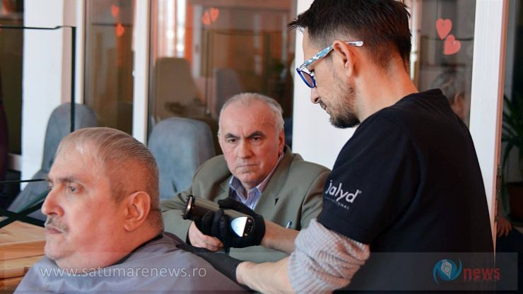 """Bătrânii de la Centrul """"Șansa"""" din Satu Mare, tunși gratuit de cel mai cunoscut frizer din oraș"""