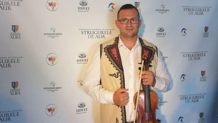 """Violonistul sătmărean Ionuț Rotar, în orchestra Festivalului Național de Folclor """"Strugurele de Aur"""" de la Alba Iulia"""