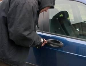 Doi minori, prinşi în flagrant în timp ce furau dintr-un autoturism