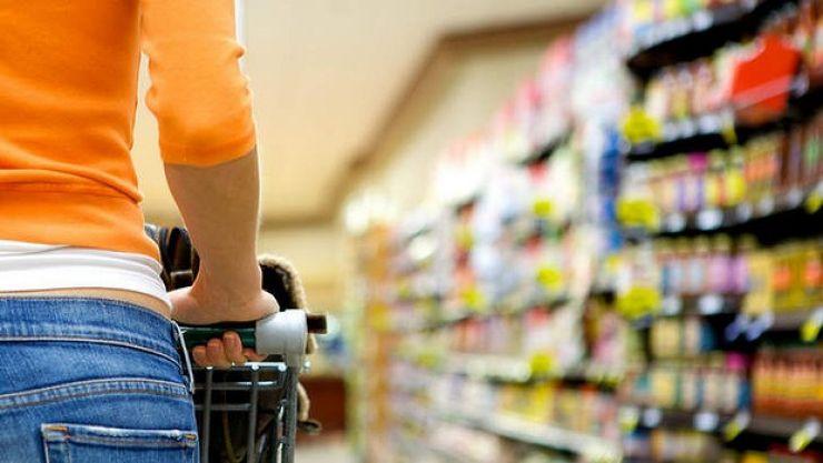 Trei femei, cercetate după ce au furat cosmetice și mâncare dintr-un supermarket