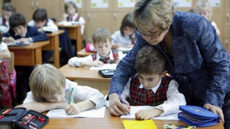 Reguli noi pentru profesori: adio, cadouri sau meditaţii cu elevii de la clasă