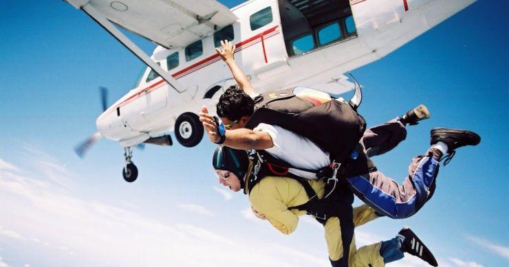 Vrei sa înveți să zbori? Dacă ai între 16 şi 23 ani, e gratis