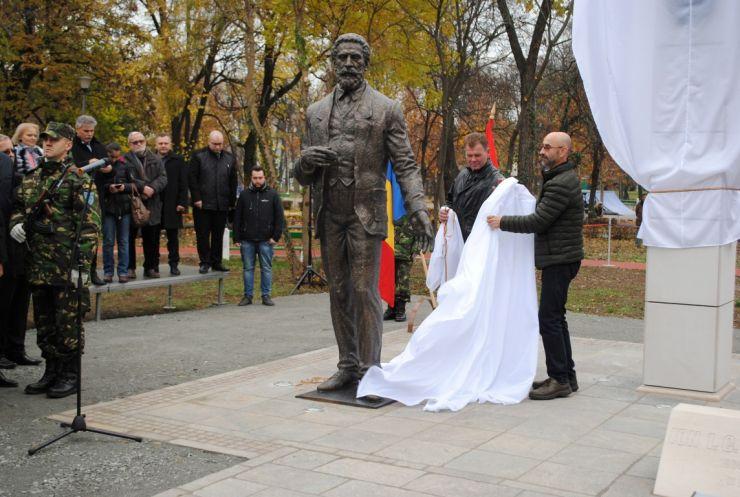 Statuia marelui om de stat Ion I.C. Brătianu a fost dezvelită la Oradea. Statuia este opera sculptorului sătmărean Radu Ciobanu