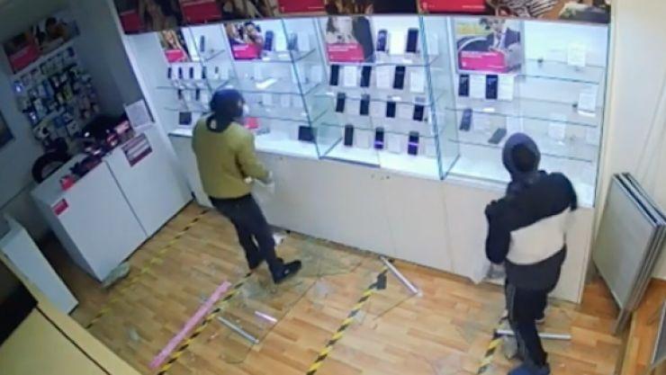 Doi tineri au spart un magazin de telefoane de pe strada Careiului