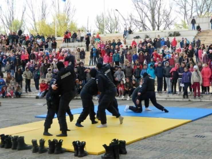 Exerciţii demonstrative susținute de jandarmii sătmăreni pentru copii