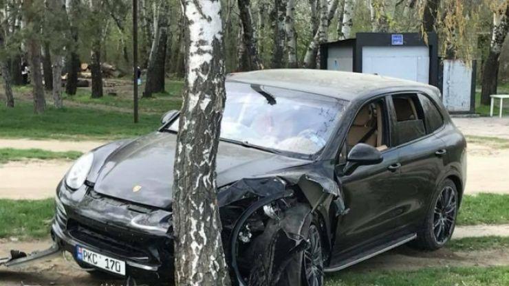 S-a ales cu dosar penal, după ce a intrat cu mașina într-un parc
