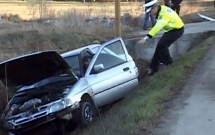 Un șofer beat și fără permis a intrat cu mașina în șanț