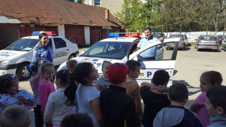 Polițiștii tășnădeni, alături de elevi