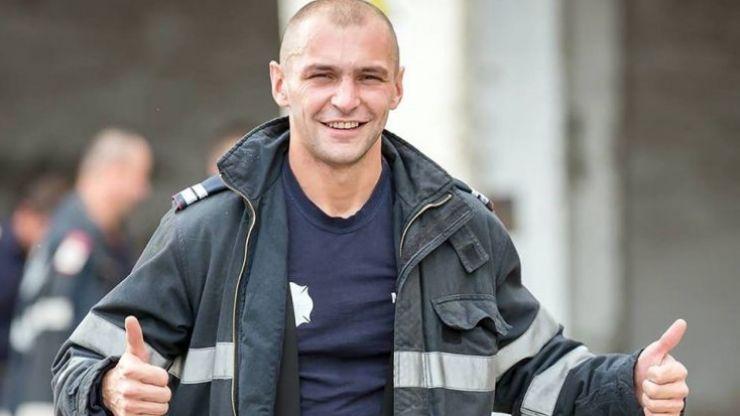 Un pompier, erou în timpul liber. A salvat o femeie dintr-un incendiu
