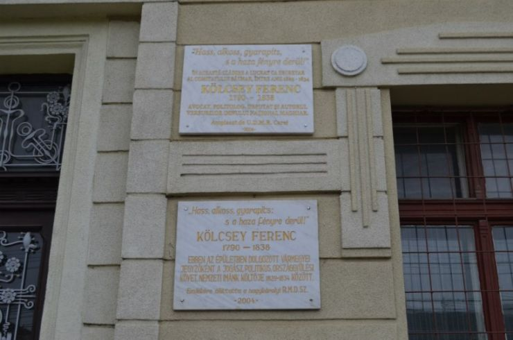 Conformare | Plăcile comemorative în limba română, deasupra celor în maghiară