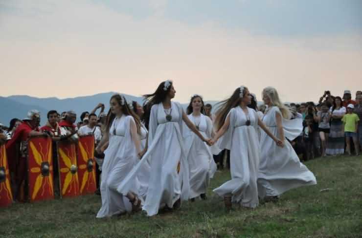 Noaptea de Sânziene. Obiceiuri, mituri şi tradiţii