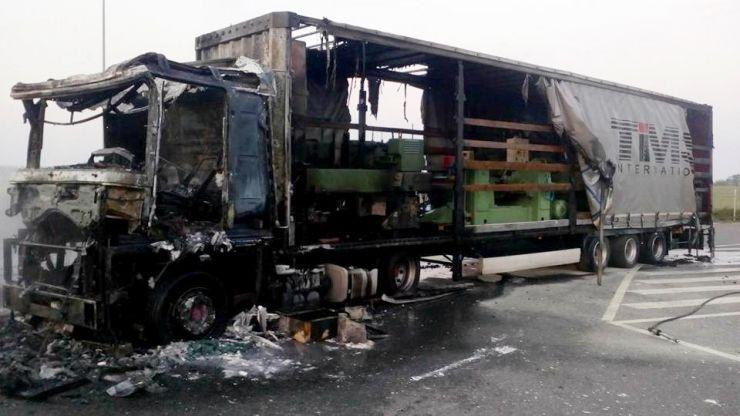 Un TIR s-a făcut scrum. Șoferul a suferit arsuri în zona feței