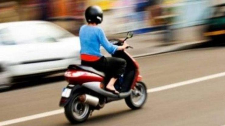 Tânără prinsă fără permis, pe moped