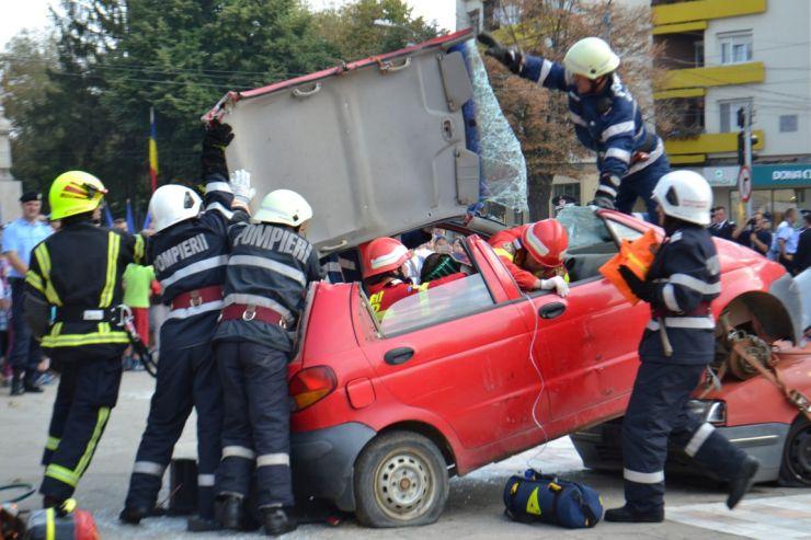 Exerciţiu demonstrativ de descarcerare al echipajelor de intervenţie ISU Someș Satu Mare (foto)