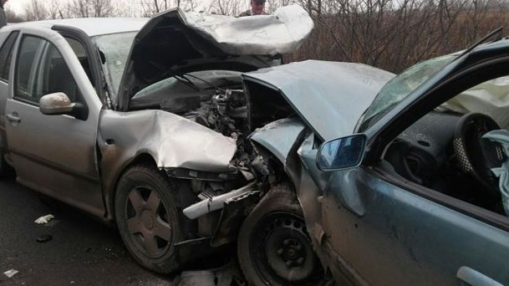 Accident frontal în Negreşti. Două persoane au rămas încarcerate