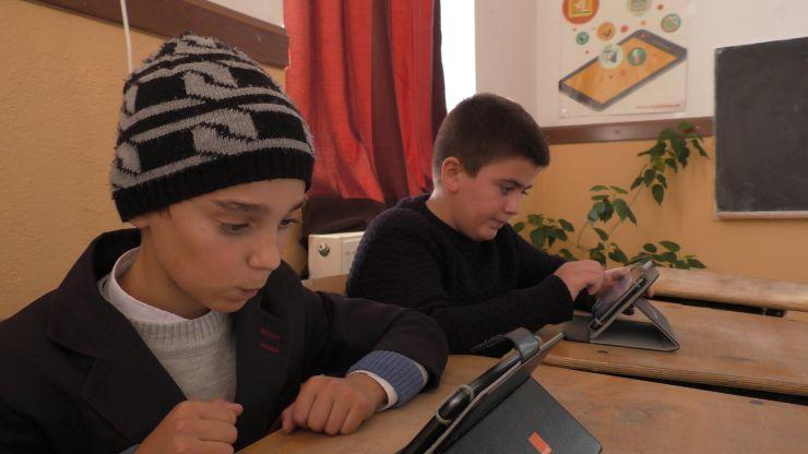 Elevii din Medieșu Aurit învață matematică și informatică într-un laborator digital