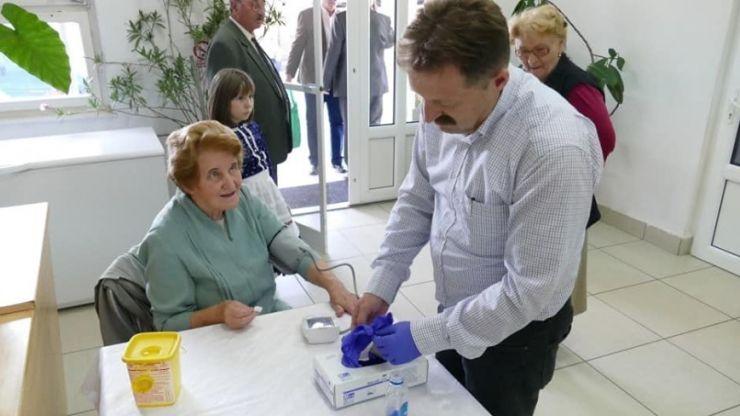 Fundația Maurer a măsurat glicemia, tensiunea arterială și a acordat consultanţă medicală la Zilele Culturale Maghiare de la Tăşnad
