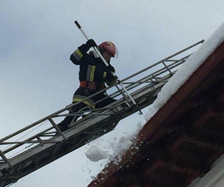 Pompierii au dat jos țurțurii cu scara