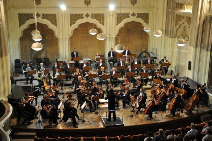 """Concert de muzică din filme al orchestrei Filarmonicii """"Dinu Lipatti"""", la Teatrul din Carei"""