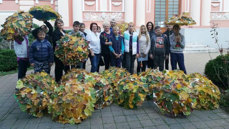 Foto | Marș al umbreluțelor decorate cu frunze în Satu Mare