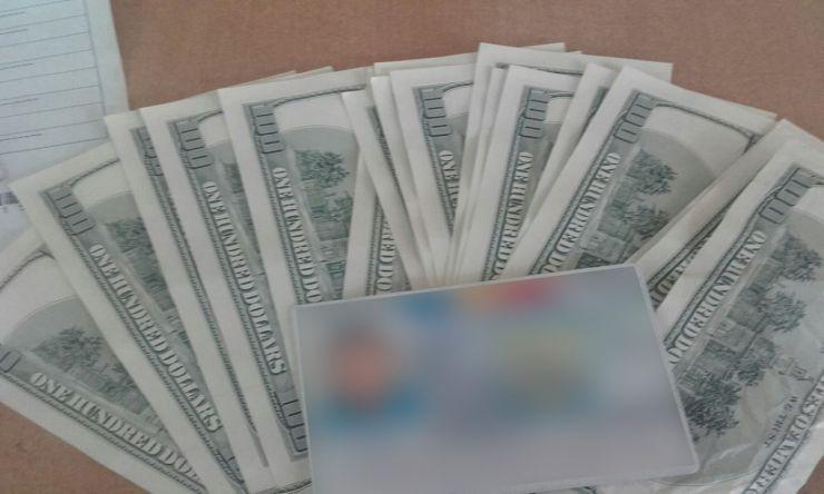 Două mii de dolari falşi, descoperiţi asupra unei tinere care voia să intre în ţară prin Vama Petea