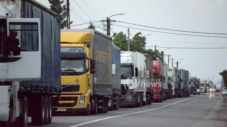Șoferii de TIR așteaptă peste 90 de minute să iasă din țară