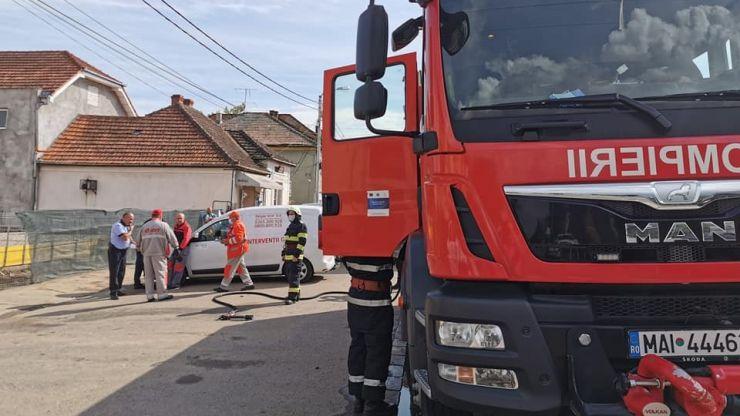 Branșament de gaz avariat de un șofer. Pompierii intervin pentru asigurarea zonei