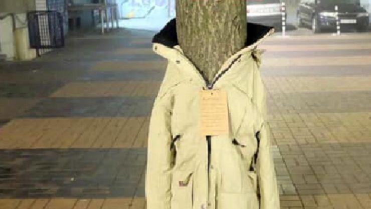 Campanie demarată de o sătmăreancă: haine pe copaci pentru oamenii amărâți