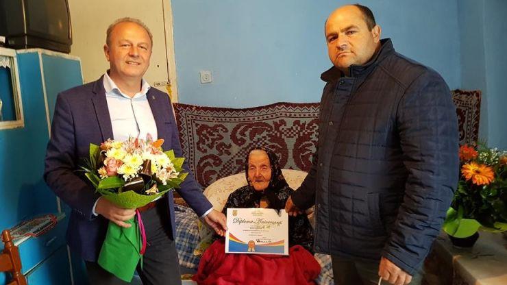 O femeie din Baba Novac, premiată pentru împlinirea vârstei de 100 de ani