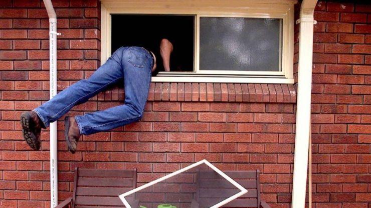 Hoţ prins chiar de proprietar în timp ce îi escalada geamul locuinţei