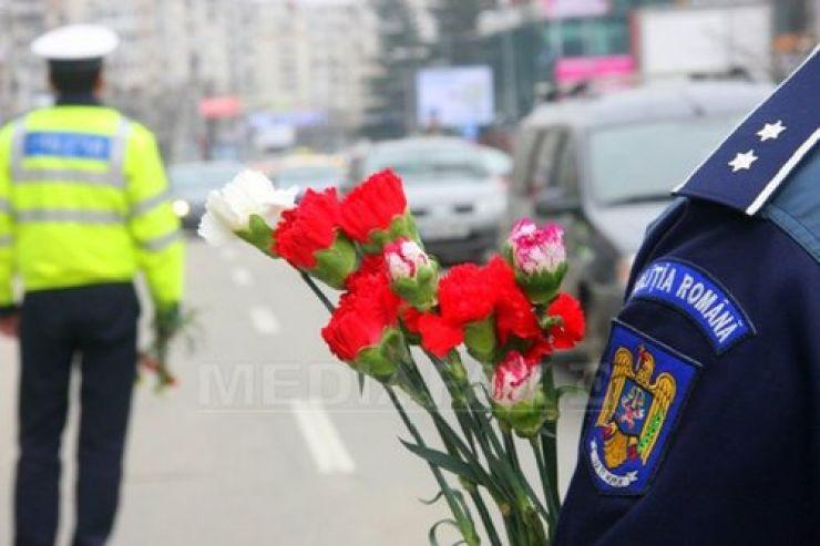 Atenţi la semnificaţia zilei, poliţiştii au oferit flori doamnelor şi domnişoarelor