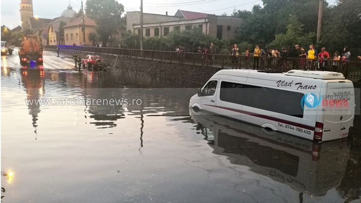 FOTOGALERIE. Furtuna a făcut ravagii la Satu Mare. Inundații, copaci rupți, mașini distruse, locuitori lăsați fără curent electric