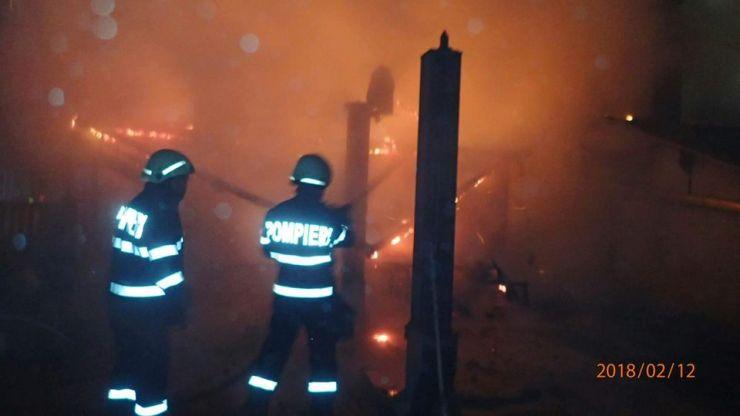 Incendiu la Iojib. O mașină și acoperișul unei case au luat foc