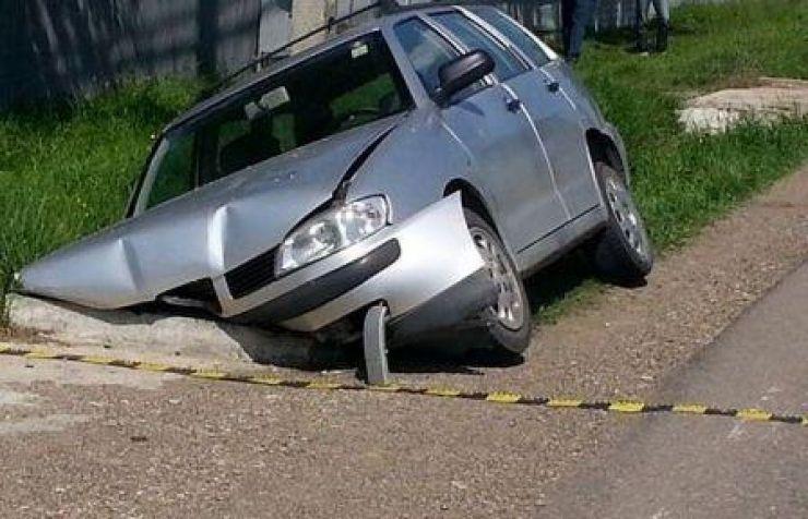 A intrat cu mașina într-un podeț
