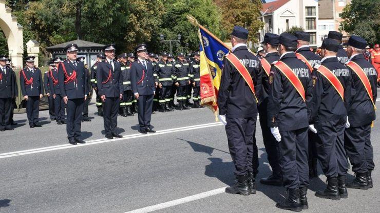 De ziua lor, pompierii sătmăreni au defilat în centrul Careiului. Demonstrații în premieră