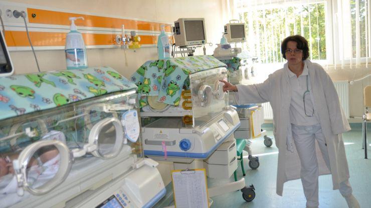 """Grupul de mame din cadrul """"Sprijin în alăptare Satu Mare"""" au dotat secția Neonatologie"""