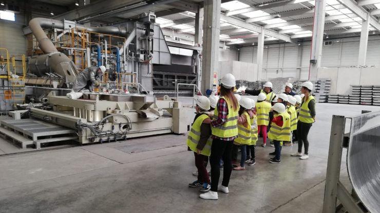 Zeci de elevi, în vizită la fabrica Alu Menziken din Medieșu Aurit