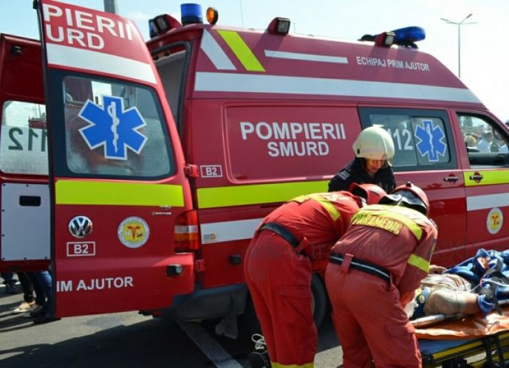 Bărbat lovit de o maşină după ce a traversat strada prin loc nepermis
