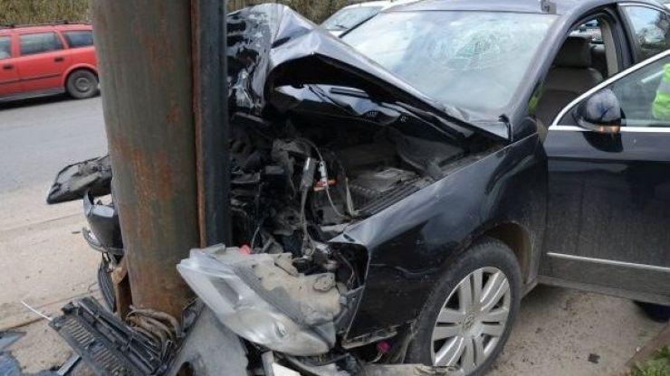 Un tânăr din Acâș, fără permis, a intrat cu mașina în stâlp